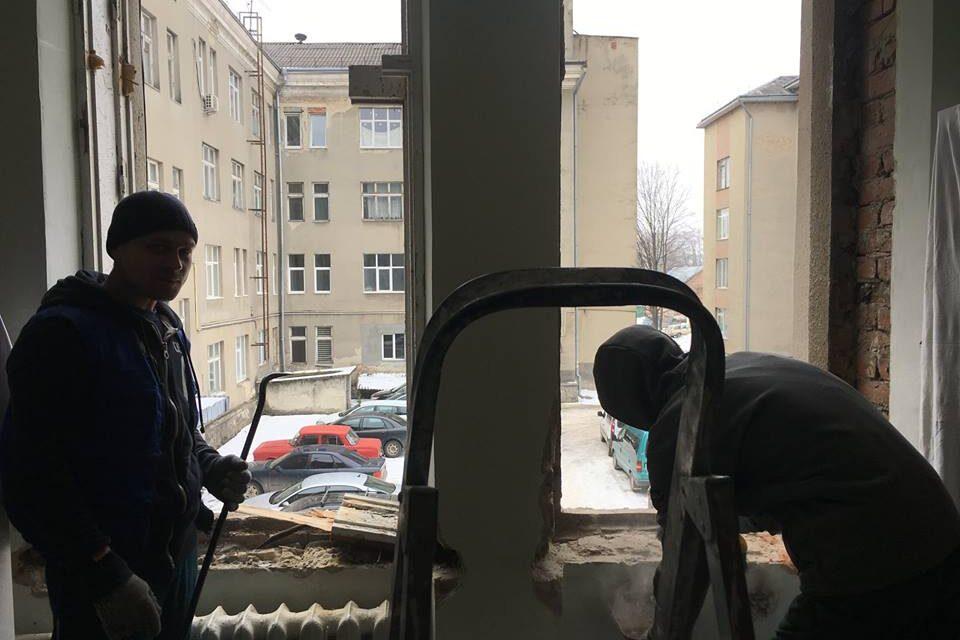 За сприяння партійців Дрогобича у місцевій лікарні встановили нові вікна
