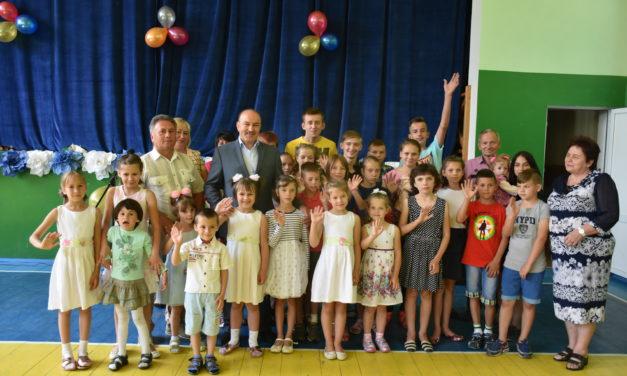 Випускники дитбудинку у Корналовичах отримали допомогу для майбутнього навчання