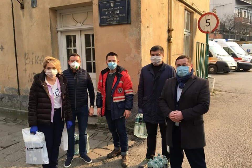 """Активісти """"Батьківщини"""" Львова допомогли станції швидкої меддопомоги"""