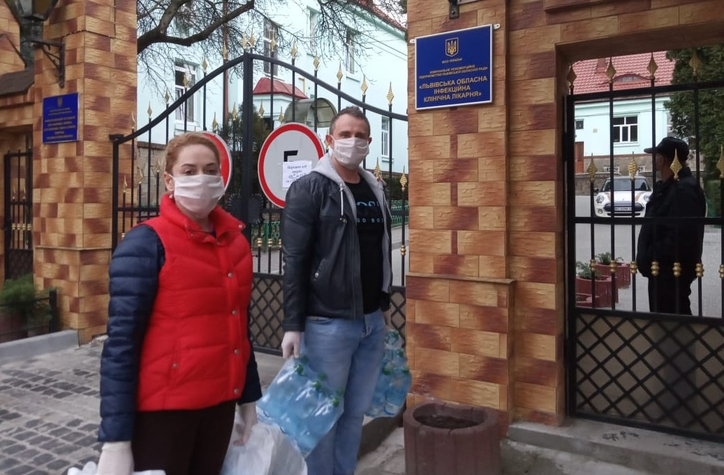 «Батьківщинівці» Львова передали захисні костюми місцевій інфекційній лікарні