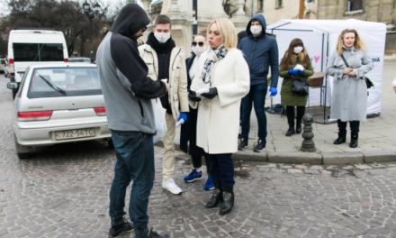 Львів'янам роздавали медичні маски та буклети про коронавірус