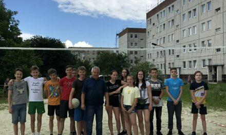 У Стрию керівник міської «Батьківщини» організував для молоді волейбольне поле