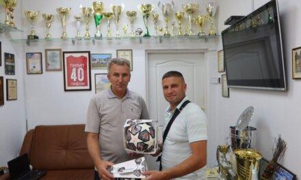 Депутат від «Батьківщини» вручив футбольній команді професійні м'ячі